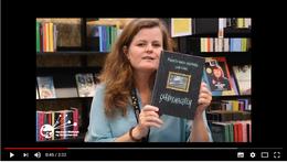 Stillbillede fra film, hvor Anette Østerholm anbefaler fem bøger