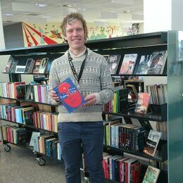 Foto af Thomas, der holder bogen Pigerne