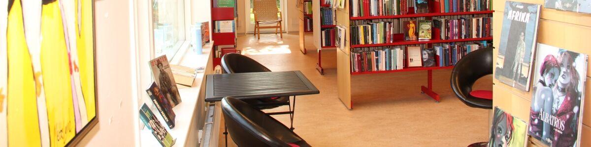 Billede inde fra Glumsø Bibliotek med stole og reoler