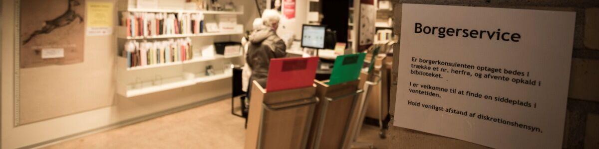 Billede med borgerservice skilt på bibliotek