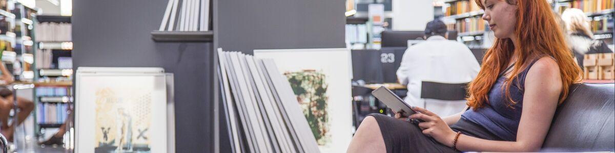 Foto af kvinde, der bruger iPad foran GrafikBiblioteket
