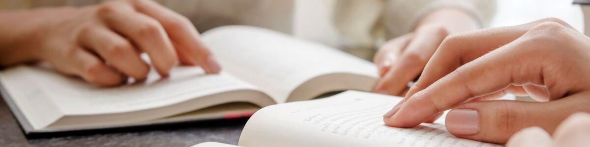 Billede af mennesker der læser