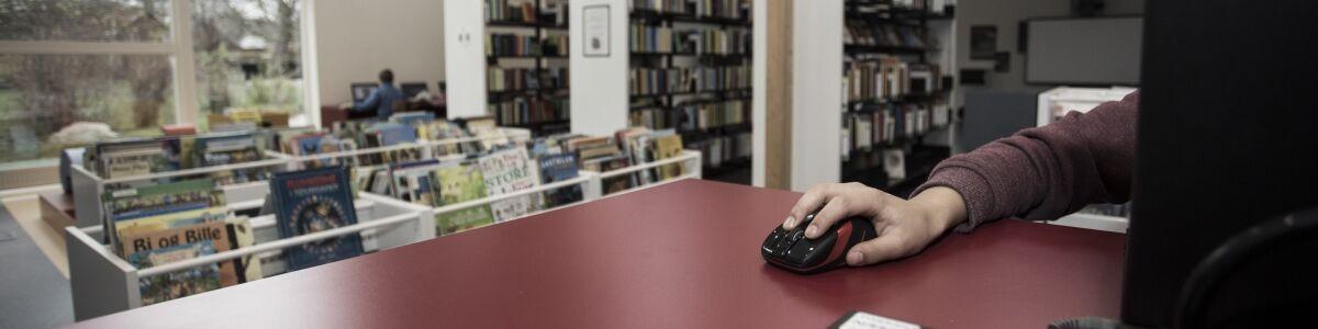 Foto af arm, der bruger mus til PC
