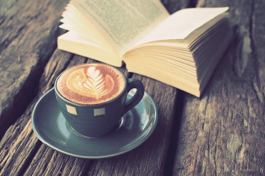 Billede af bog og kaffe