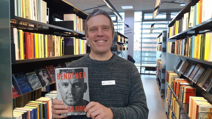 Thomas med bogen Begge sider om Nicklas Bendtner