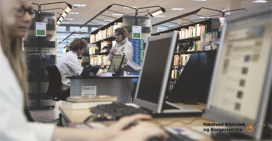 Bibliotekar, der svarer på spørgsmål