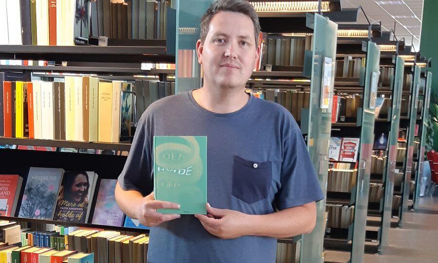 Jesper Christensen med Den hvide kirke i hånden