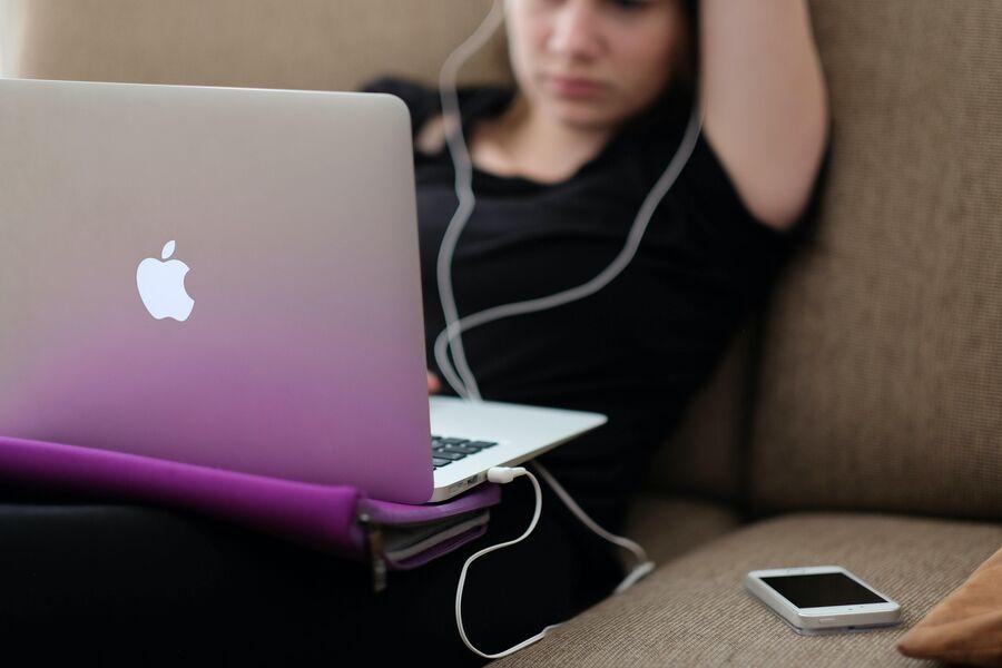 En teenager med sin laptop. Foto af Steinar Engeland, Unsplash.