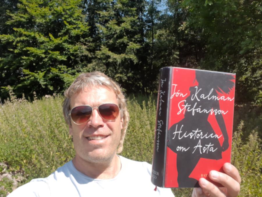 Thomas Damholt står med bogen: Historien om Asta i hånden