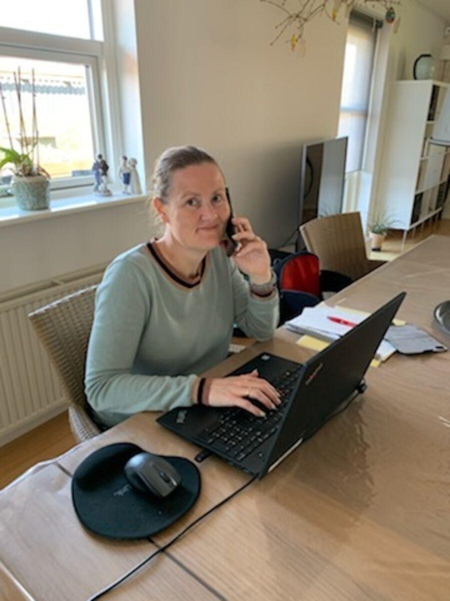 Borgerkonsulent Karina Andersen i gang med opgaver for Folkeregistret på hjemmearbejdspladsen.