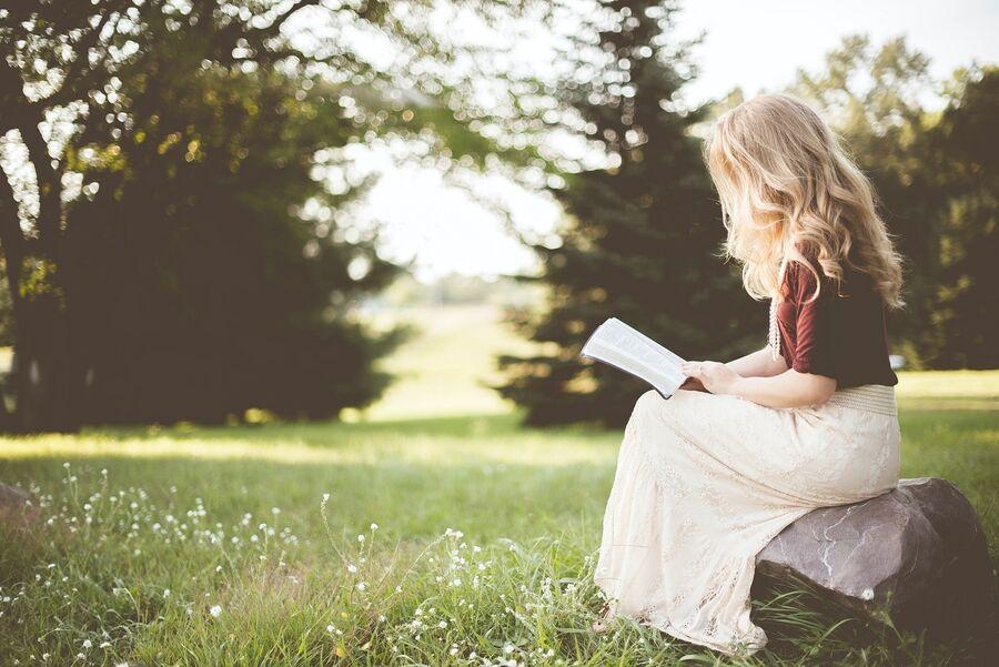 Kvinde der læser udendørs. Foto: Ben White for Unsplash.