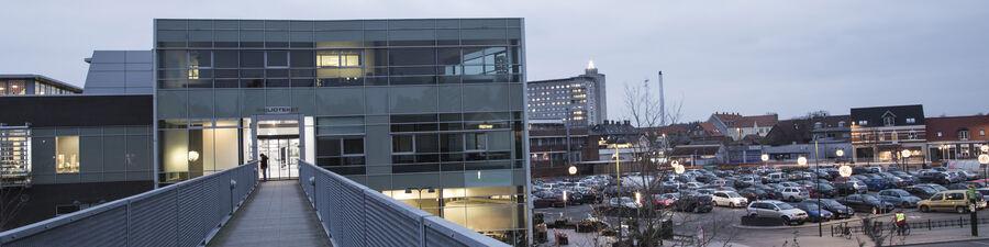 Billede af Næstved Bibliotek set ude fra Grønnegades Kasernes Kulturcenter