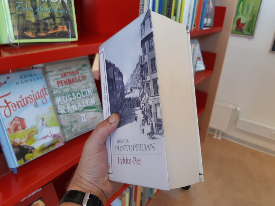 Romanen Lykke-Per holdes med besvær i en hånd
