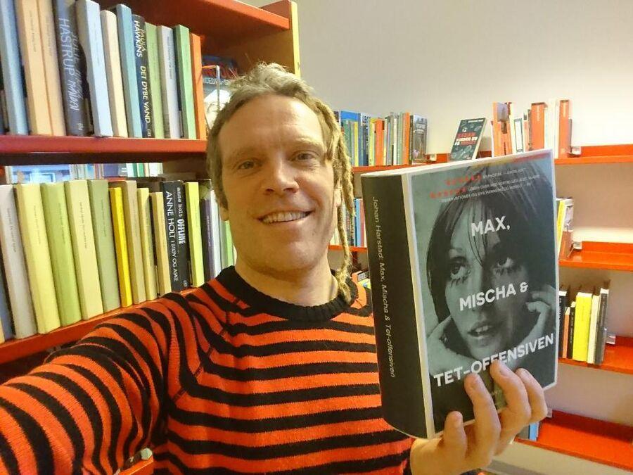 Foto af bogen Max, Mischa og Tet-offensiven i hånden på Thomas Damholt