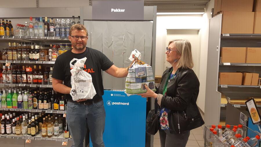 Brugsuddelser Palle Jensen tager imod bogposer fra Vibeke Sølling