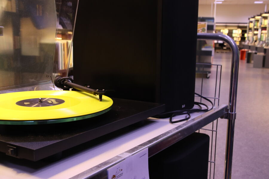 Grammofonplade spilles på bibliotekets pladespiller