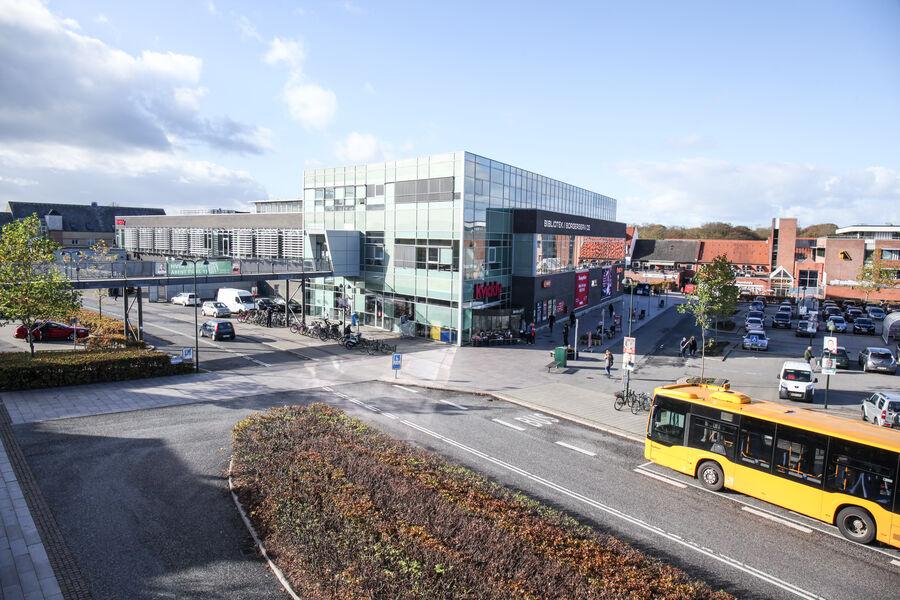 Foto af Næstved Bibliotek taget oppe fra Grønnegade Kaserne
