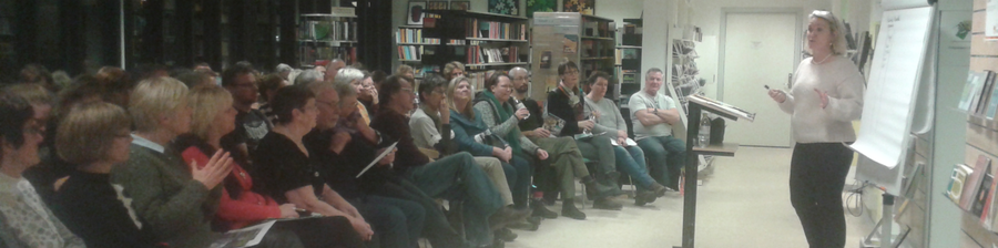 Foto af Lottie Douglas, der holder foredrag på Fuglebjerg Bibliotek