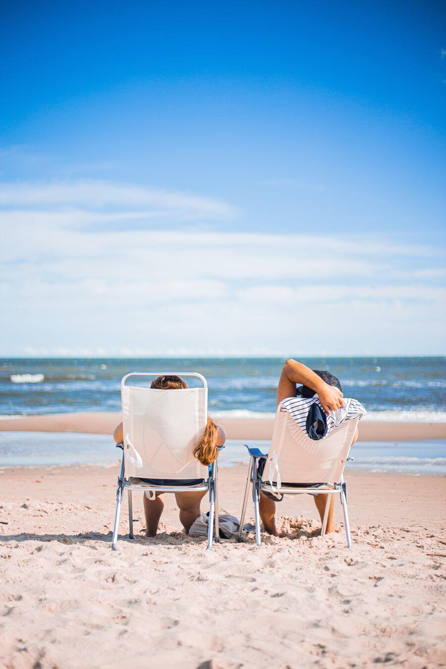 To personer på stranden. Foto: Ezequiel Garrido for Unsplash.