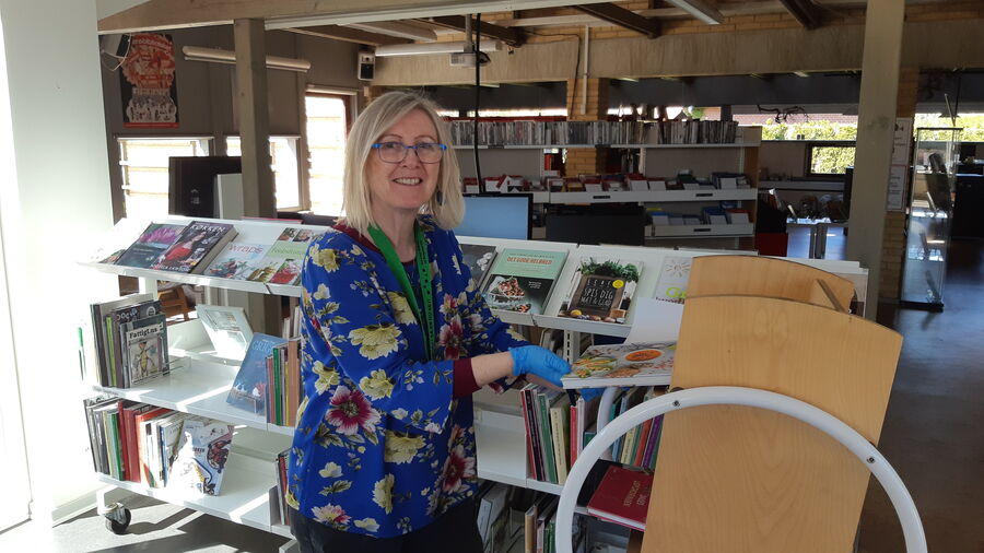Bibliotekar Vibeke Sølling finder bøger til poserne