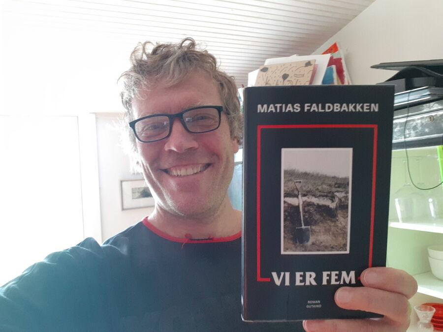 Vi er fem af Matias Faldbakken