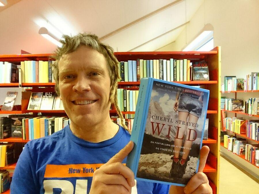 Thomas Damholt holder bogen Wild på Glumsø Bibliotek