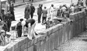 Berlinmuren bygges i august 1961.