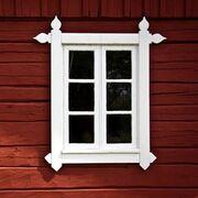 Billede af vindue i rødt træhus